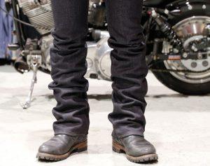 1. 自分にあったサイズのジーンズを選び、履いてみます。その際にざっと丈の位置を調整します。