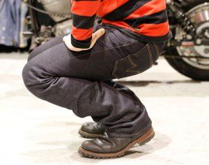 2. 屈伸をしながら身体にジーンズをなじませます。普段の腰位置にジーンズを調整し、さらに丈を合わせます。