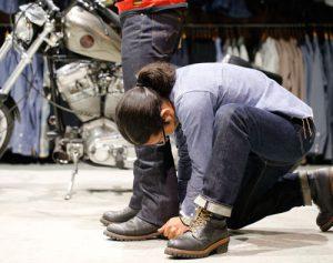 3. 普段履く靴に合わせてみます。バイクにまたがったときなども想定し、最終的な裾位置を決めます。