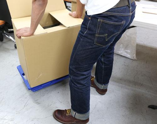 3. 大きく縮みのでる素材などの場合は、裾上げをする前にしばらく履きこんで、縮みを出した後に長さを決めるのがオススメです。 。